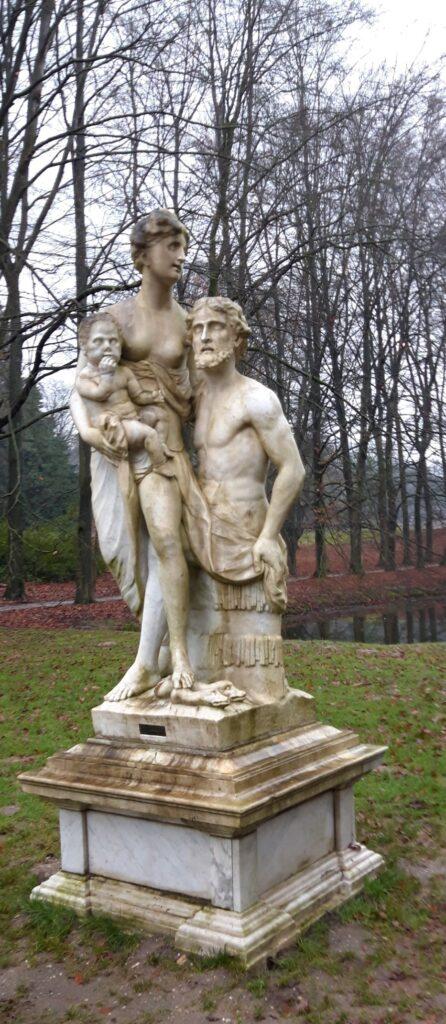 20201229_135307 (2) - Arnhem (NL) - Park Zijpendaal - marmeren beeldengroep - midden 18e eeuw - Griekse mythologie - geneeskunde - Asklepios, Hygieia, Telesphoros