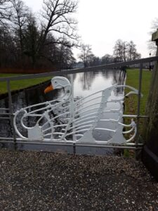 20201229_143235 (2) - Arnhem (NL) - Park Sonsbeek - Zwanenburg - gestileerde smeedijzeren knobbelzwaan