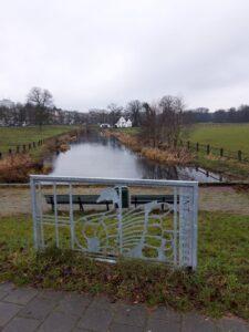 20201229_144719 (2) - Arnhem (NL) - Park Sonsbeek - St. Jansbeek - moderne gestileerde knobbelzwaan - Witte Molen