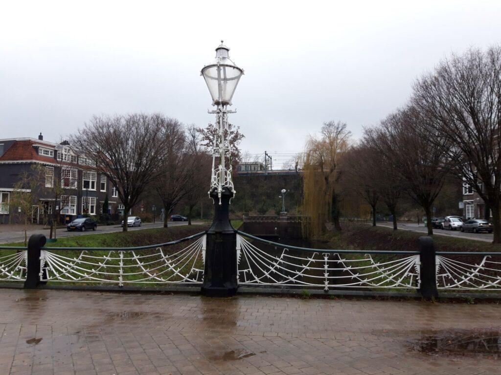 20201229_144907 (2) - Arnhem (NL) - Bothabrug - St. Jansbeek - Art Nouveau stijl - smeedijzeren hekwerk - smeedijzeren lantaarn