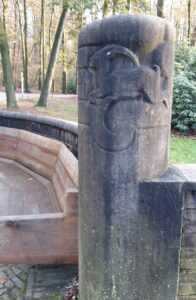 20210108_153631 (2) - Arnhem (NL) - Park Sonsbeek - Tellegenbank (1928) - halfronde vorm (stibadium) - J.W.C Tellegen (1889-1921) - Amsterdamse School - H.B. van Broekhuizen (1889-1948) - architect - G. Jacobs van den Hof (1889-1965) - beeldhouwer