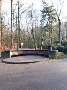 20210110_133814 (2) - Arnhem (NL) - Park Sonsbeek - Tellegenbank (1928) - halfronde vorm (stibadium) - J.W.C Tellegen (1889-1921) - Amsterdamse School - H.B. van Broekhuizen (1889-1948) - architect - G. Jacobs van den Hof (1889-1965)