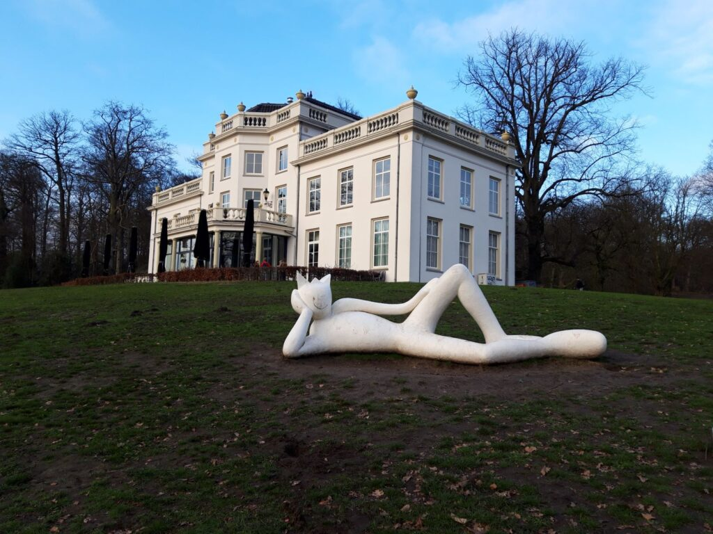 "20210110_151952 (2) Arnhem (NL) - Park Sonsbeek - Huis Sonsbeek of ""De Witte Villa"" - beeld van Alain Séchas - Lazy King"