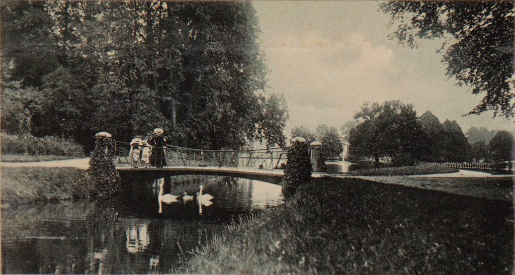 Arnhem (NL) - Park Sonsbeek, Zwanenbrug - oude foto - knobbelzwanen  Art Nouveau stijl