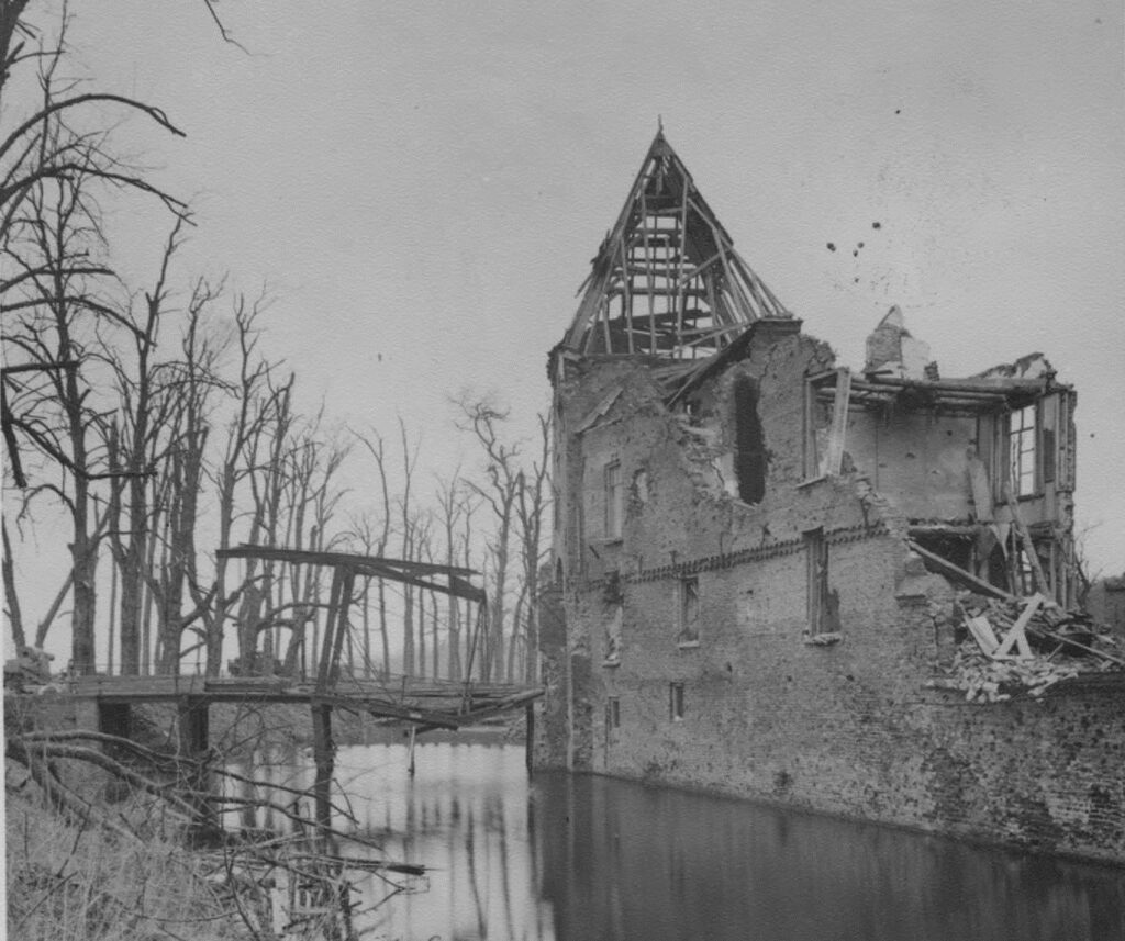 5be16f778f597_kasteel_Doorwerth_in_puin_-_2a_,_1945_GA-196